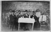 foto-ottoman-hommes-table-nb